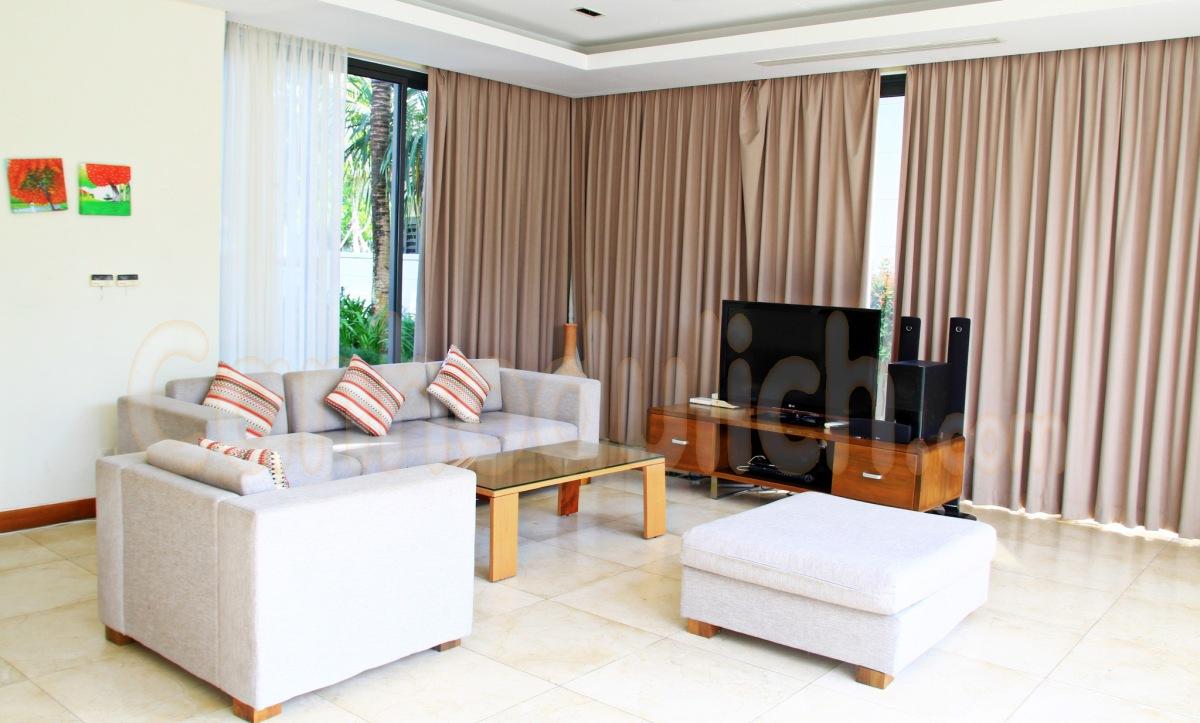 Phòng khách rộng rãi, phù hợp cho gia đình, bạn bè họp mặt
