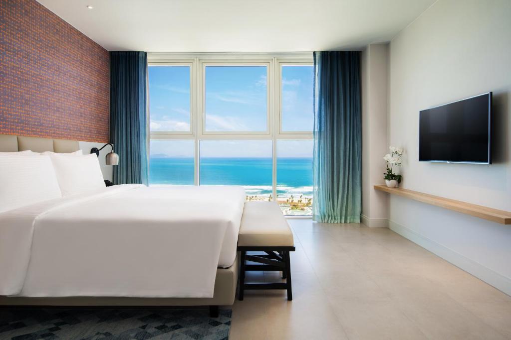 Một trong những phòng ngủ hướng biển tại Alma resort Cam Ranh