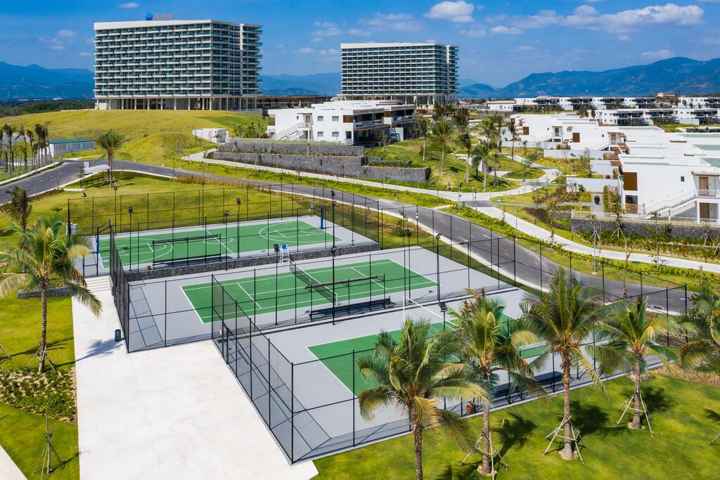 Khuôn viên bao gồm sân Tennis tại Alma resort Cam Ranh
